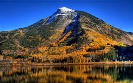 Cielo azul, lago, montañas, árboles, otoño