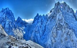 Os picos das montanhas, neve, céu
