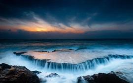 Bela paisagem, mar, praia, pedras, nascer do sol