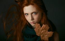 Веснушки девушка, кленовый лист