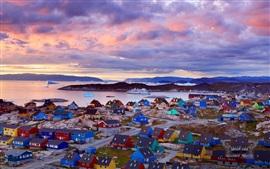 Costa da Groenlândia, casas coloridas, montanhas, nuvens, crepúsculo