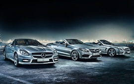 Coches de Mercedes-Benz en la noche