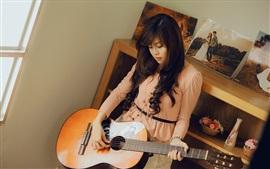Aperçu fond d'écran Asie fille, guitare, chambre, musique