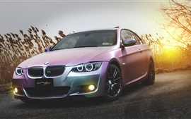 BMW E92 M3 carro rosa ao pôr do sol