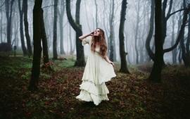 Forêt, robe blanche fille, brouillard du matin