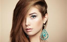 Красивая молодая девушка, ювелирные изделия и аксессуары, идеальный макияж