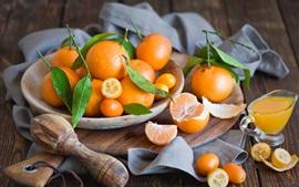 Los cítricos, naranjas chinas, tablero de madera