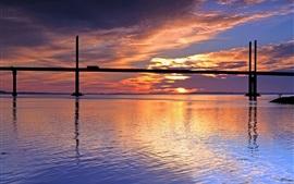 Aperçu fond d'écran Coucher de soleil, rivière, pont, ciel rouge