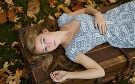 Muchacha rubia del sueño, otoño, hojas
