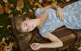 Menina loura do sono, outono, folhas