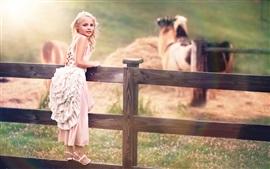 Милый ребенок, маленькая девочка, белое платье, забор