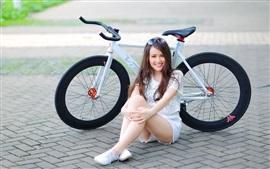 Muchacha de la sonrisa, bicicleta, calle