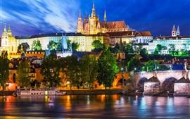 Praga, República Checa, el río Vltava, ciudad, noche, barco, luces
