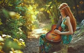 Aperçu fond d'écran Printemps, jeune fille rousse, la guitare, la forêt, les rayons du soleil