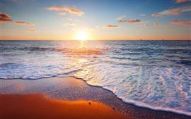 Cenário do sol bonito, mar, céu, nuvens, areia, praia