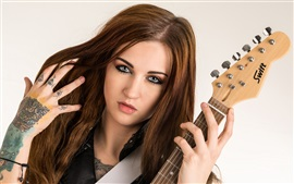 Muchacha del pelo de Brown, guitarra