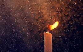 Vela, el fuego, las gotas de lluvia, la fotografía macro