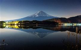 Japão, o Monte Fuji, noite, inverno, lago, luzes