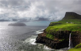 Ilhas Faroé, cachoeira, do Oceano Atlântico, montanhas, rochas, nuvens de tempestade,