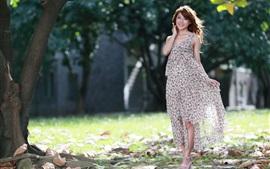 Robe colorée fille asiatique, été, le soleil