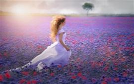 Muchacha blanca del vestido, campo de flores