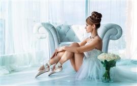 A bailarina bonita, menina vestido branco, flores