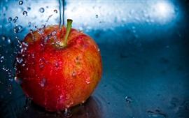 Красное яблоко, капли воды, брызги