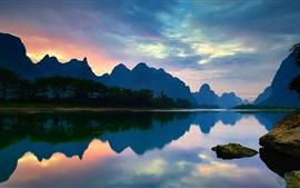 China, Yangshuo, Guangxi, el río Lijiang, montañas, reflexión del agua, la puesta del sol