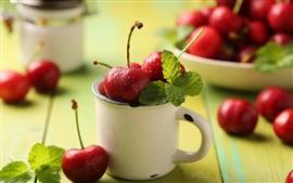 frutas frescas, cerejas vermelhas, caneca, folhas
