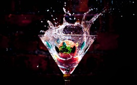 Стеклянная чаша, напитки, капли воды, брызги, клубника