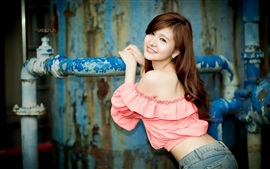 Muchacha de la sonrisa asiático, vestido rosado