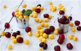 cerejas amarelas e vermelhas, pequenas baldes