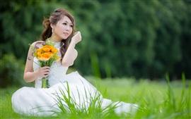 Красивая девушка белое платье, Азии, невеста, цветы, трава