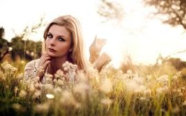 壁紙のプレビュー 草、野生の花、夏、日差しの中でブロンドの女の子