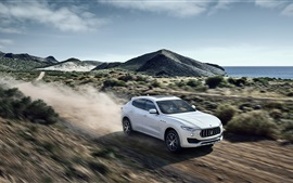 Maserati Levante белый автомобиль на высокой скорости