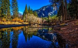 Río, árboles, montañas, reflexión del agua, Parque Nacional de Yosemite, EE.UU.
