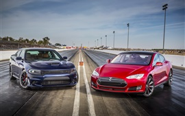 2015 Dodge Charger SRT azul e carros vermelhos P85D Tesla Model S