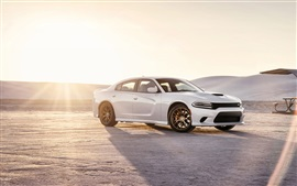 2015 Dodge Charger SRT carro branco no por do sol