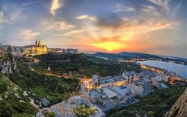 Bela ilha de Malta ao pôr do sol, céu vermelho, costa, casas, luzes