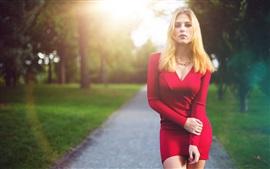 A menina loura, vestido de vermelho, bonito