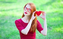 Linda menina, vestido vermelho, postura, copos, corações do amor