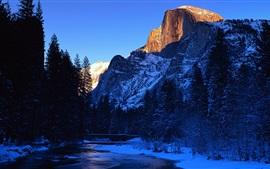 Rio de Merced, parque nacional de Yosemite, Califórnia, EUA, de inverno bonito
