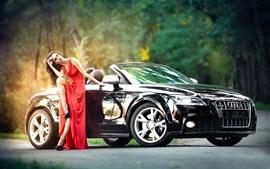 Menina vermelha do vestido e carro Audi preto