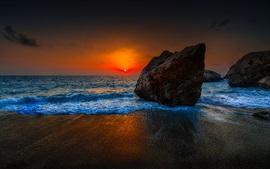 playa de la puesta del sol, cielo rojo, nubes, mar, piedras, atardecer