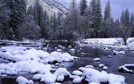 Национальный парк Йосемити в зимний период, река Мерсед, снег, Калифорния, США