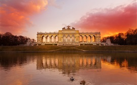 Áustria Schonbrunn parque, lago, céu vermelho, pôr do sol