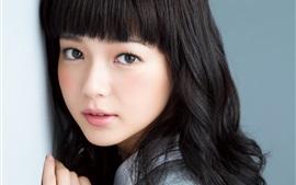Hermosa chica japonesa, pelo rizado, cara preciosa