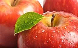 manzanas rojas frescas, hojas, gotas de agua