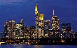 Германия Франкфурт вечером, небоскребы, огни, мост, река