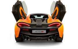 McLaren 570S Coupe вид сзади, двери открылись